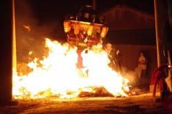 お神輿も火渡り